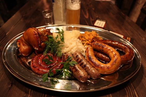 Ресторан Паб как паб - фотография 5 - Ассорти колбасок + рулька