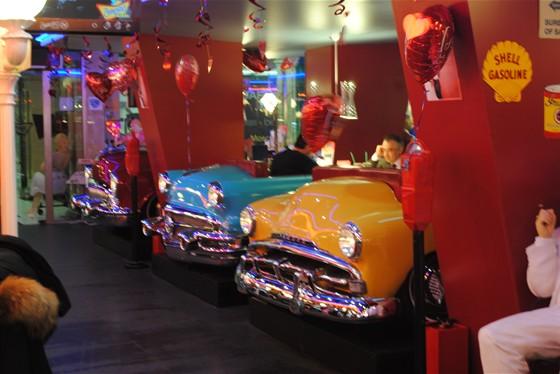 Ресторан Beverly Hills Diner - фотография 6 - Курительный зал со столами-кабриолетами, которые надо обязательно заказывать, если хотите ТАМ восседать :-)