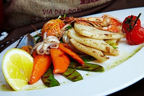 Ресторан Milano ricci - фотография 4 - Салат из морепродуктов, жареных на гриле