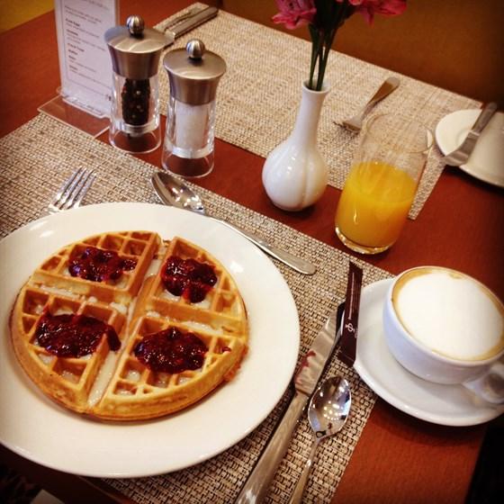 Ресторан The Garden Grille & Bar - фотография 4 - Завтраки и обеды по системе шведский стол для тех, кто скучает по отпуску.