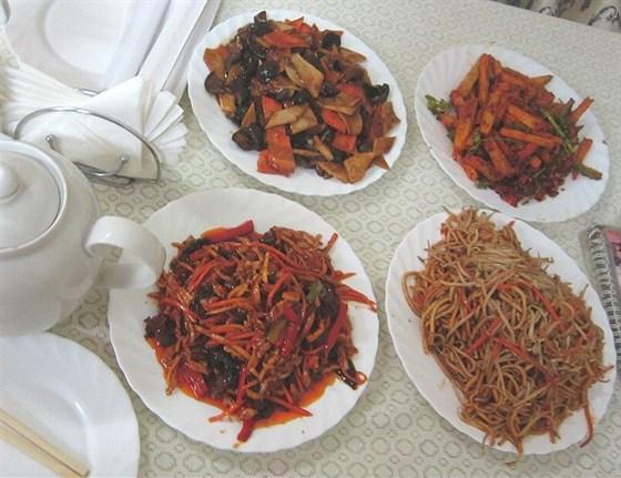 Ресторан Лусюнь - фотография 15 - Грибы с бамбуком, мелко наструганная свинина, лапша, баклажаны в остром перце, литр чая - 1640 руб.