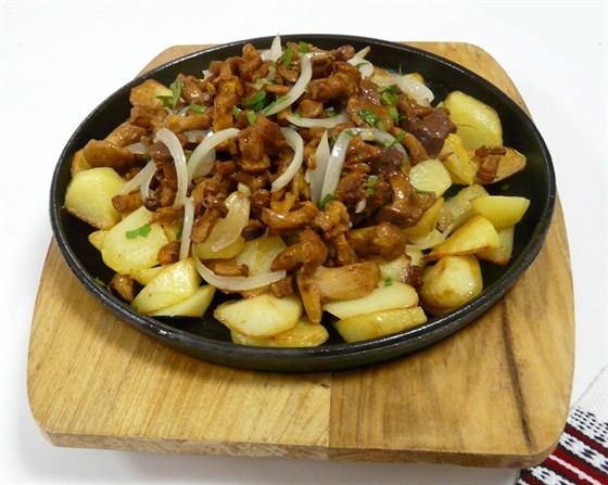 Ресторан Первак - фотография 13 - Жареный картофель с лисичками и луком