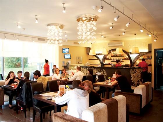 Ресторан Brownbar - фотография 9 - Уютная кофейня на первом этаже.
