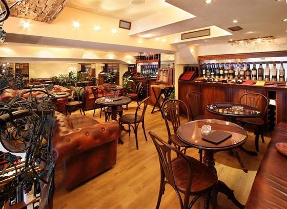 Ресторан Ле сомелье - фотография 7 - Уютный, почти домашний по обстановке второй этаж - идеальное место для посиделок в небольших компаниях за бокальчиком другим хорошего вина.