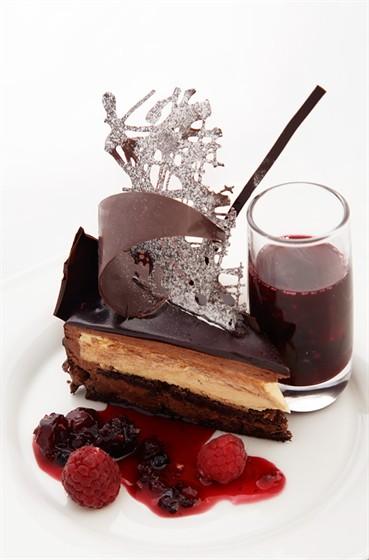 """Ресторан Lightbar - фотография 5 - Торт """"Метис"""" с муссом из темного шоколада и нежным ванильным крем-брюле."""