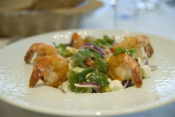 Ресторан Fleur café - фотография 4 - Греческий салат с сыром Фета, тигровыми креветками, овощами, кинзой и каперсами