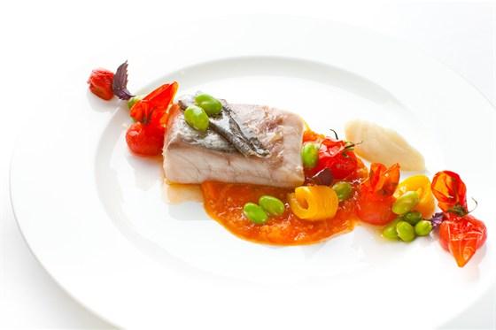Ресторан Ёрник - фотография 19 - Серебряный мэгр. Филе средиземноморской рыбы подается с томатным фондю, перцами-конфи, пюре из топинамбура и базиликом.