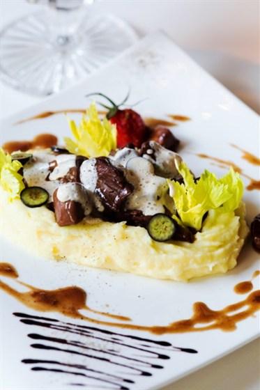 Ресторан Graf-in - фотография 29 - Язычки ягнят, томленые в соусе Розмари с белыми грибами, подаются с картофельным пюре