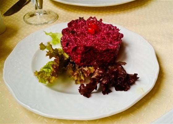 Ресторан Хинкальная на Неглинной - фотография 13 - Салат из свеклы с орехами
