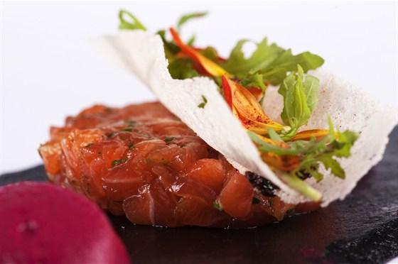 Ресторан 16th Line - фотография 13 - Меню. Тар-тар из лосося со свекольным хумусом.