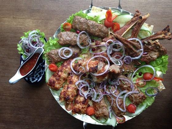 Ресторан Сухофрукты - фотография 13 - Садж - ассорти из шашлыков. Блюдо на 2/4 человек 1кг - 850 руб.