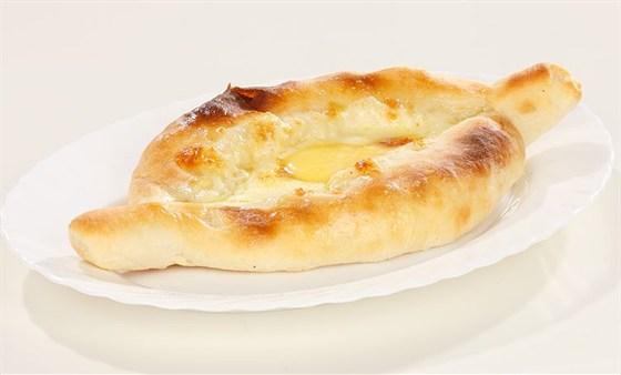 Ресторан Хинкальная на Щепкина - фотография 8 - Аджарский хачапури лодочка - с яйцом, Самый популярный.