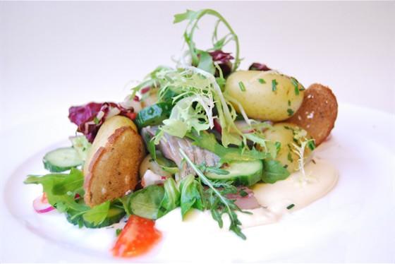 Ресторан Щислива - фотография 11 - Салат из сельди в горчично-оливковом соусе
