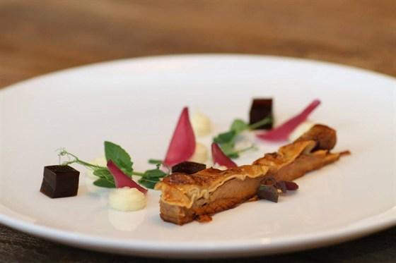 Ресторан Прожектор - фотография 1 - телятина с пюре из пастернака и морсалой