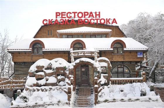 Ресторан Сказка Востока - фотография 9 - Зимний вид на главный вход ресторана.