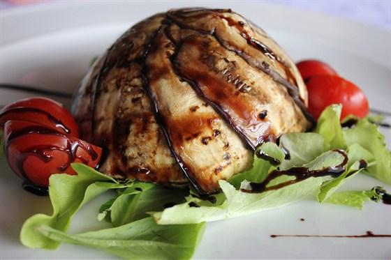 Ресторан Грин-палас - фотография 5 - Теплый салат с баклажаном.