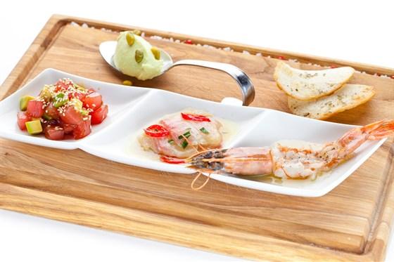 Ресторан Де Марко - фотография 19 - Сэт Frutti di mare приготовлен нашим бренд-шефом к летнему сезону специально, чтоб вы могли ощутить себя вблизи от моря. Сэвиче из окуня, тар-тар из тунца и  авокадо в кунжутном соусе, карпаччо из креветки с имбирном соусом - незабываемое разнообразие вкуса