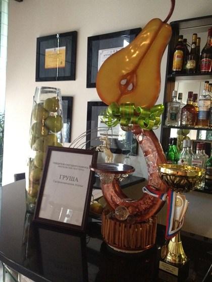 Ресторан Груша - фотография 15 - Первое место на конкурсе мастера Москвы по профессии кондитер 2014 получила Груша из карамели :) от