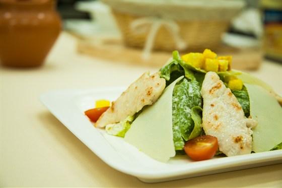 Ресторан La familia - фотография 29 - Цезарь с курицей