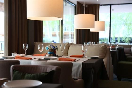 Ресторан St Tropez - фотография 8 - В панорамные окна открывается вид на красивую летнюю террасу и бассейн.