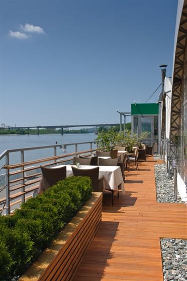 Ресторан Пирс - фотография 12 - палуба с видом на реку