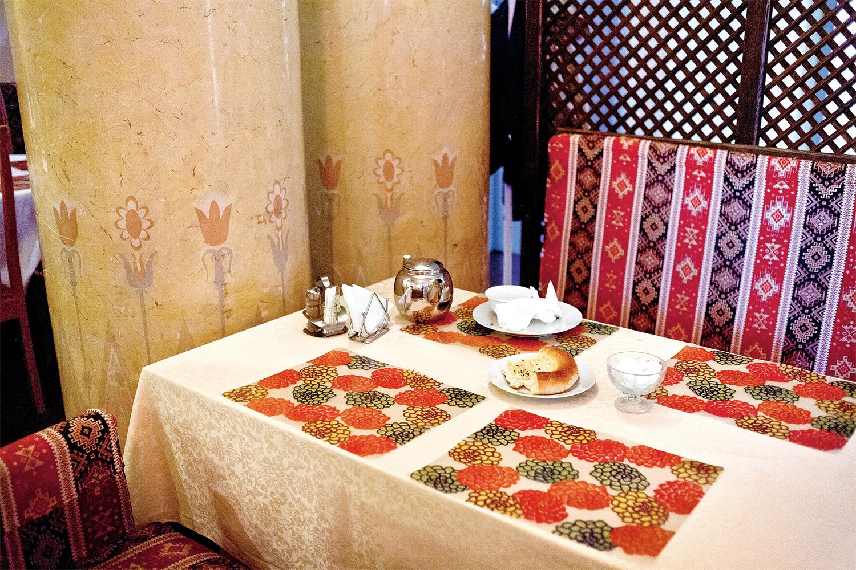В кафе «Гюльчатай» недешево, но очень аутентично — среди посетителей практически одни киргизы