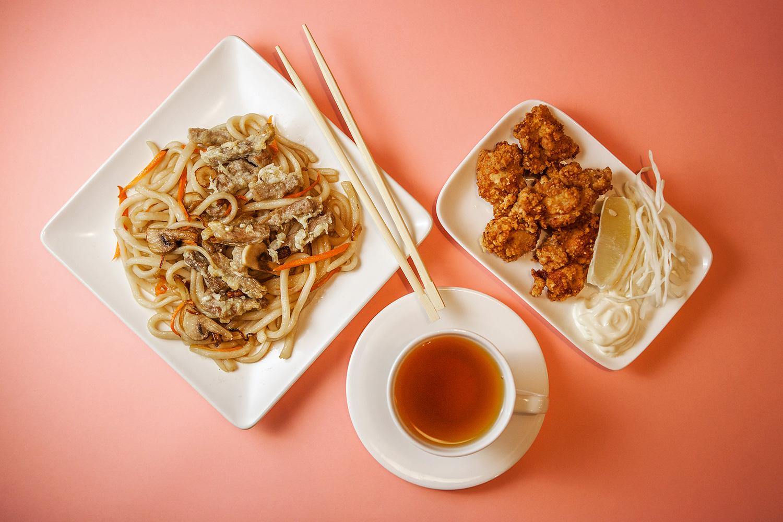 Удон с говядиной по-сингапурски 230 р., темпура с курицей 150 р., чай бесплатно к заказу