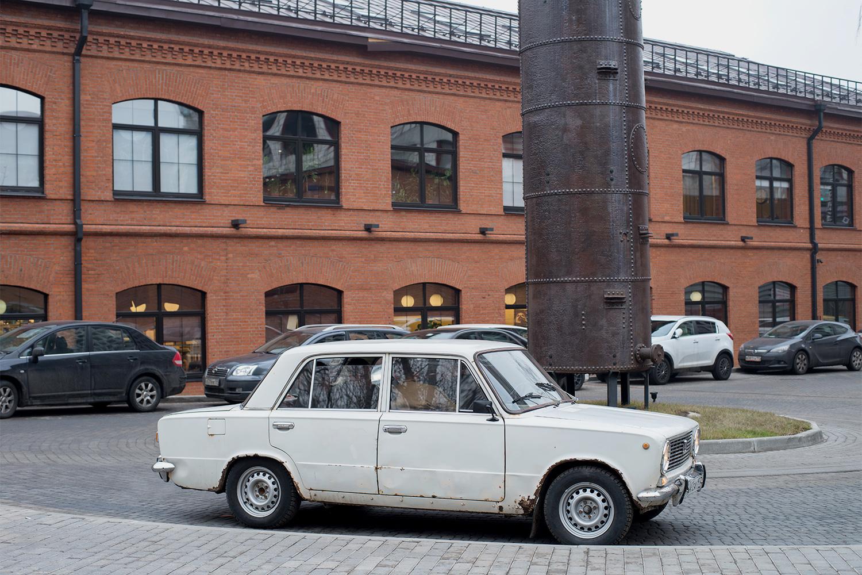 На обычной московской парковке Ракета выглядит белой вороной