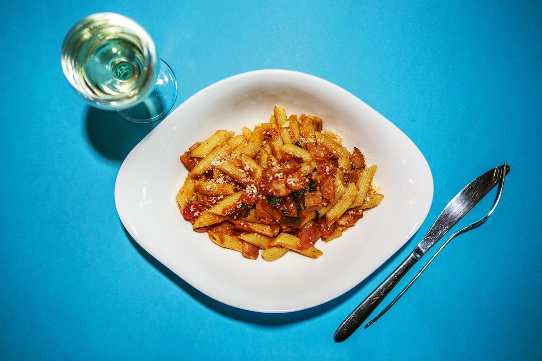 Паста с беконом и томатным соусом 249 р., белое вино 230 р.