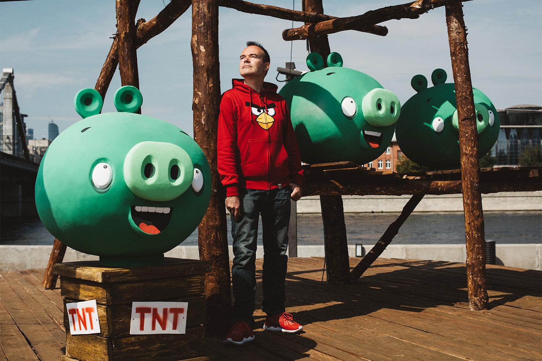 Глава компании Rovio Entertainment Питер Вестербака отвечает за развитие бизнеса и франшизы Angry Birds, маркетинг и брендинг. В этом августе в канун релиза Angry Birds 2 Rovio установила тематическую инсталляцию в московском парке искусств Музеон.