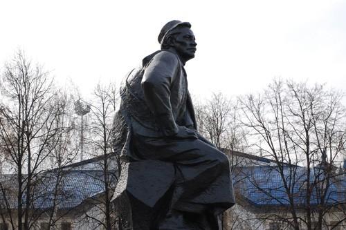 Фото памятник Мажиту Гафури