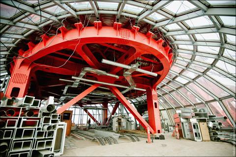 Конструкция в центре Живописного моста в 2010 году, до завершения отделочных работ