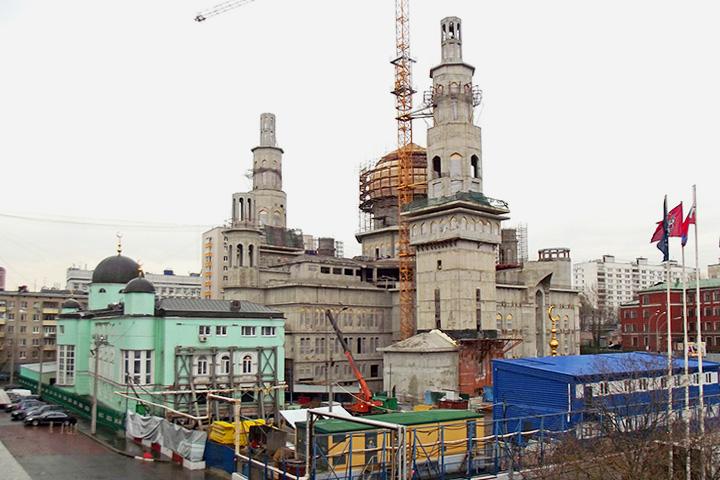 Решение о реконструкции мечети было принято в начале нулевых, а конкурс — объявлен в 2006 году. Фактически реконструкция длится уже почти 10 лет и до сих пор не закончена.