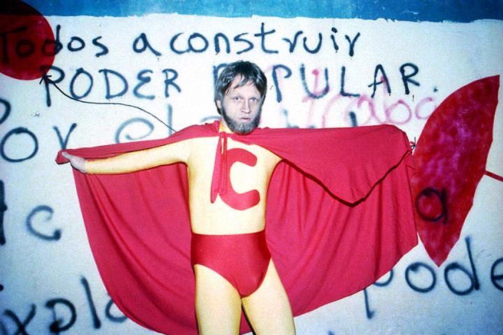 Фото из агитационной кампании Мокуса, в рамках которой он в костюме Супермена с буквой С на груди (citizen) убирал мусор и очищал городские стены от граффити