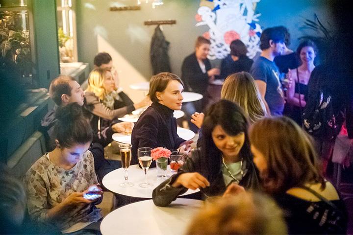 Одно из главных отличий петербургских мест от московских — в том, что там умеют выживать без еды, а в пределах Садового кольца представить себе такое невозможно. Что, впрочем, не позволяет говорить о еде в московских барах исключительно хорошо