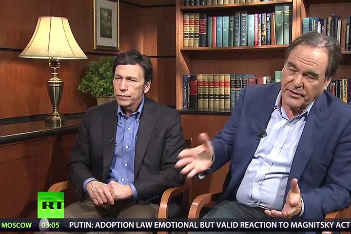 Оливер Стоун (справа) и Питер Кузник с началом своей разоблачительной деятельности ожидаемо стали регулярными героями телеканала Russia Today