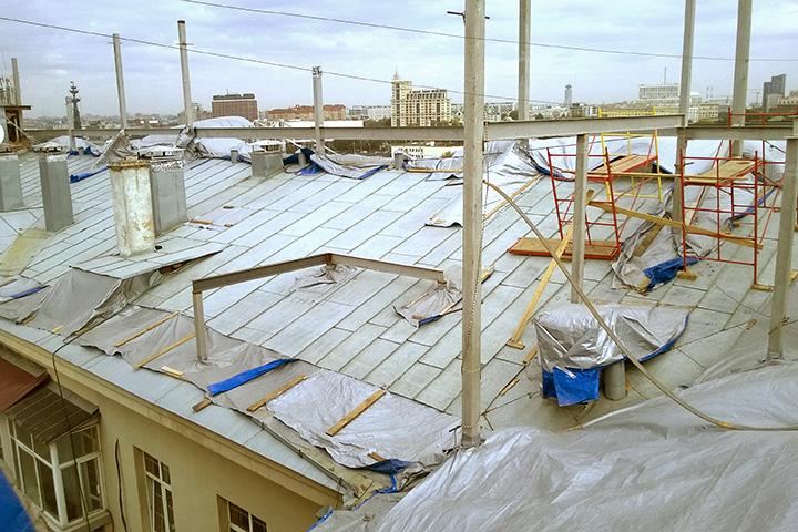 Строители успели установить на крыше балки для будущей надстройки
