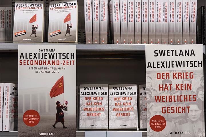 Полка с книгами Алексиевич в немецком магазине