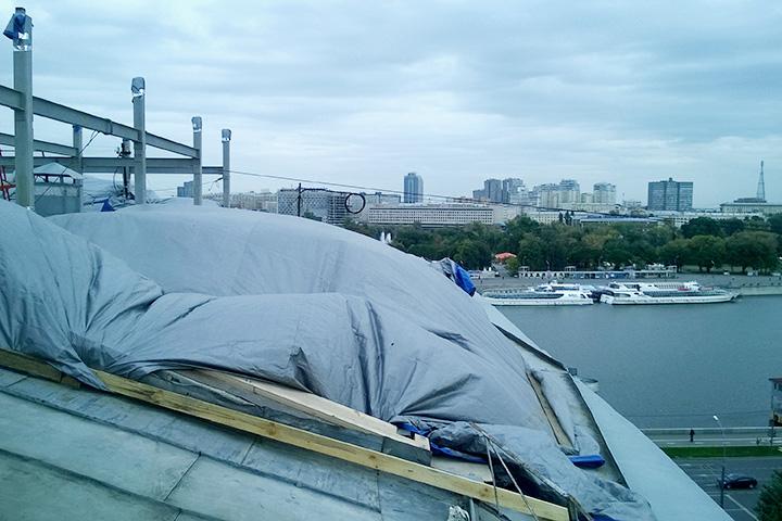 Несмотря на то что все конструкции уже разобрали, на крыше до сих пор лежат стройматериалы