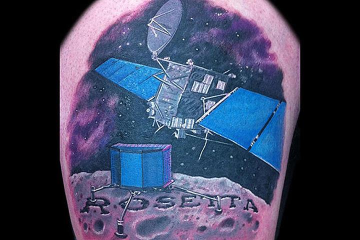 Татуировка, посвященная миссии «Розетта», на ноге Мэтта Тейлора