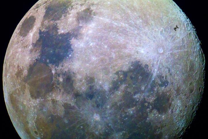 Космическая станция в лунном свете