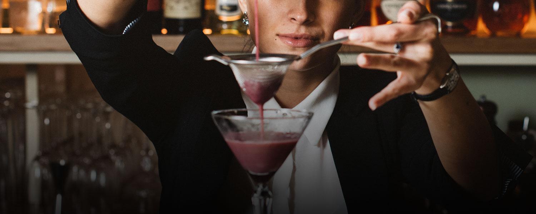 красивый парень бармен