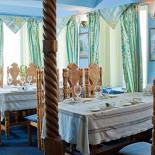 Ресторан Русский дворик - фотография 3 - Уютный зал видом на Лавру