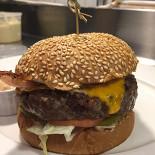 Ресторан Жиробас - фотография 2 - Классический бургер с мраморной говядиной, беконом и картофелем фри