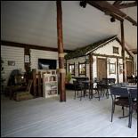 Ресторан Казацка хата - фотография 4 - Общий зал с игровой комнатой.