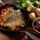 Ресторан Pesto Café - фотография 5 - Филе дорадо на картофельной подушке в соусе из таджасских оливок