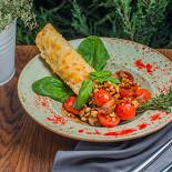 Ресторан Кусочки - фотография 5 - Чиабаттаа, запеченная с сыром до хрустящей корочки и томаты-черри с арахисом и базиликовым терияки
