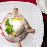 Ресторан Рецептор - фотография 6 - Горячий грушевый пай с шариком домашнего мороженого.