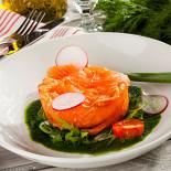 Ресторан Pesto Café - фотография 3 - Террин из копченой форели со сливочным сыром, корнишонами и руколой с соусом из укропа