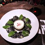 Ресторан Треска - фотография 2 - черные пельмени с треской, подаются с пармезанно-ягодным соусом